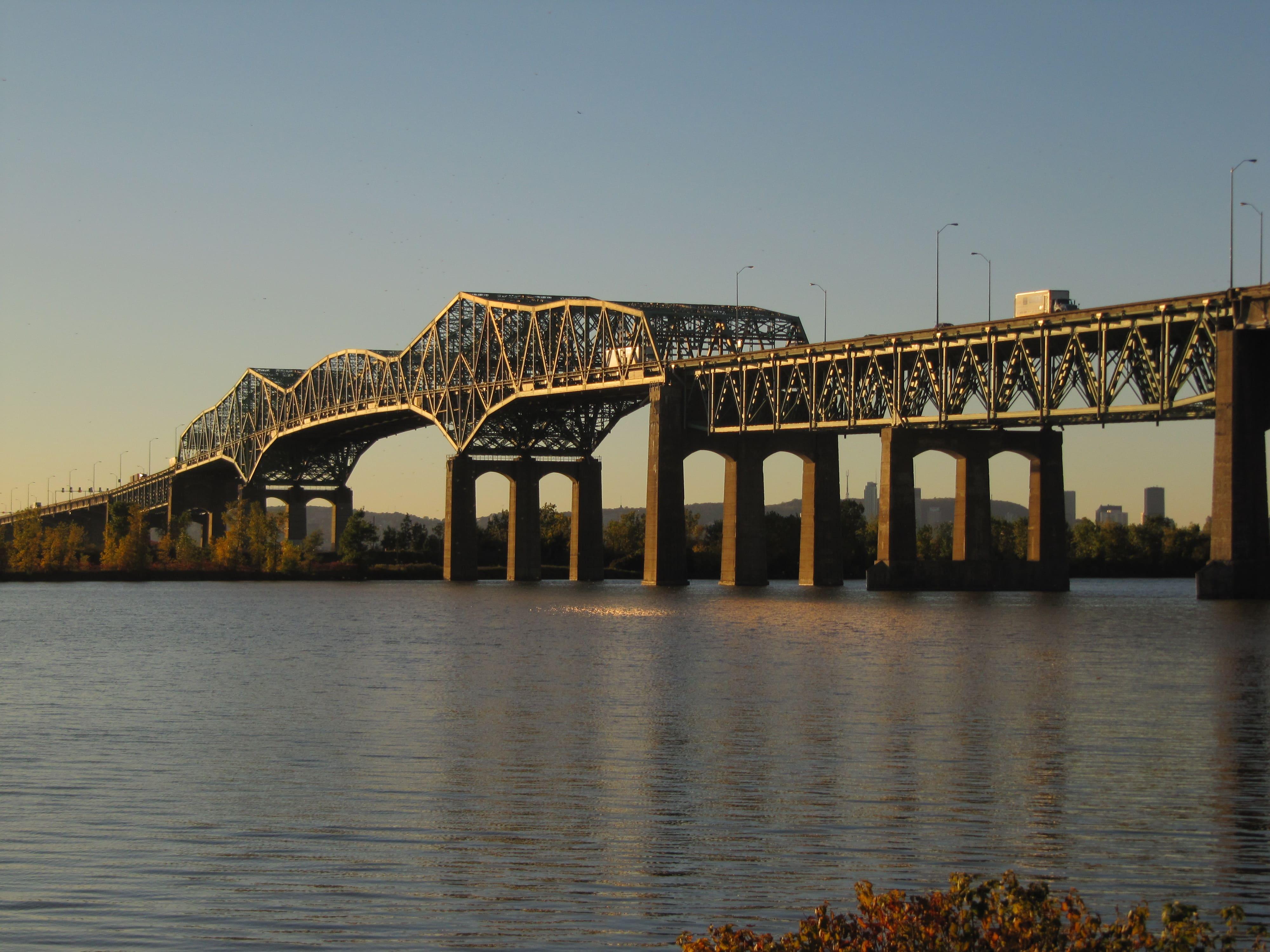 Un conducteur se jette du pont Champlain