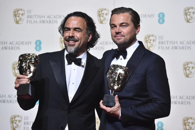 Alejandro G. Inarritu et Leonardo DiCaprio posent avec leurs trophées après la cérémonie.