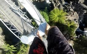 il saute dans un petit bassin depuis un pont haut de 23 mètres
