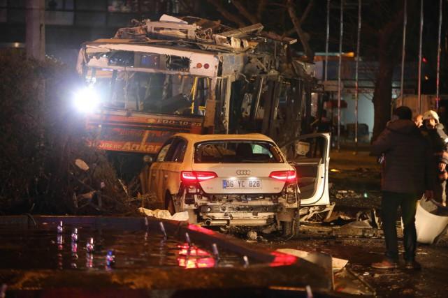 Ce bus a été détruit par les flammes après l'explosion à Ankara. Photo AFP