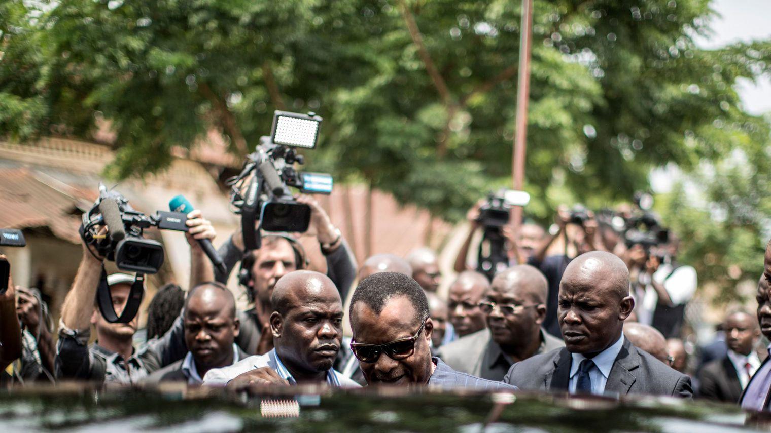 Le président congolais Denis Sassou Nguesso quitte un bureau de vote à Brazzaville, le 20 mars 2016. Photo AFP