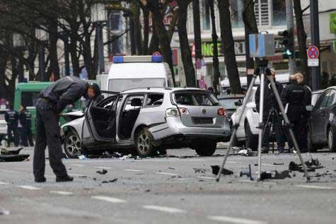 La voiture a explosé en pleine rue. Photo Reuters