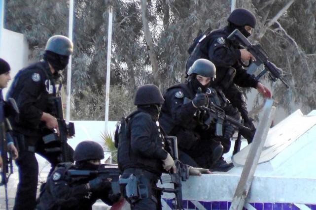 Des unités spéciales tunisiennes prennent position lors d'affrontements avec des djihadistes àBen Guerdane. Photo AFP