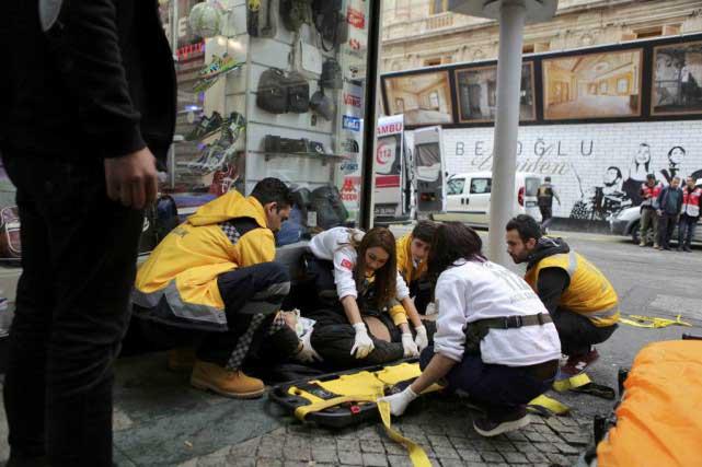Des secouristes viennent en aide à un homme blessé.Photo Reuters