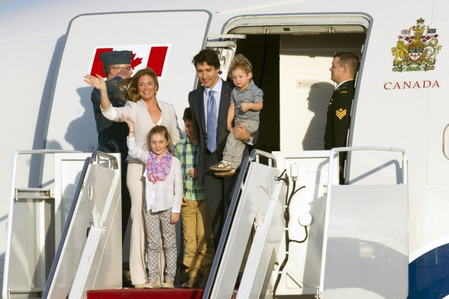 Le premier ministre Justin Trudeau peu après son atterrisage à Washington, en compagnie de son épouse Sophie Grégoire-Trudeau et leurs enfants Xavier James, Ella-Grace et le petit Hadrien. Photo ASSOCIATED PRESS