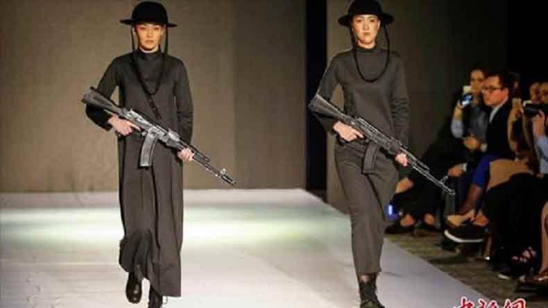 mannequins-défilent-armés-de-kalashnikovs
