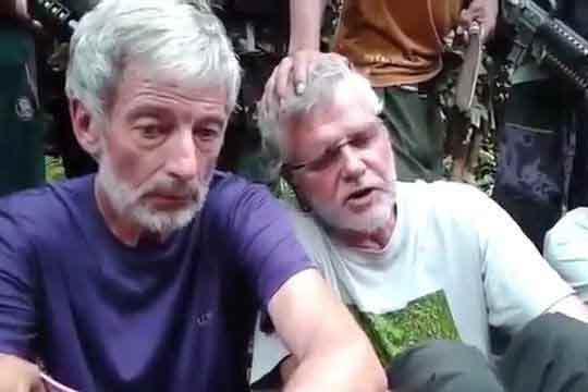 Robert Hall (à gauche) et John Ridsdel ont été kidnappés avec deux autres personnes le 21 septembre dernier par l'organisation islamique Abou Sayyaf. Ridsdel a été décapité il y a près de deux semaines. CAPTURE D'ÉCRAN YOUTUBE