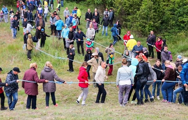 Plus de 500 habitants de l'île d'Hiiumaa (Estonie) se sont agrippés à la corde. En face, plus de 600 habitants de l'île de Saaremaa tiraient eux aussi. Photo AFP