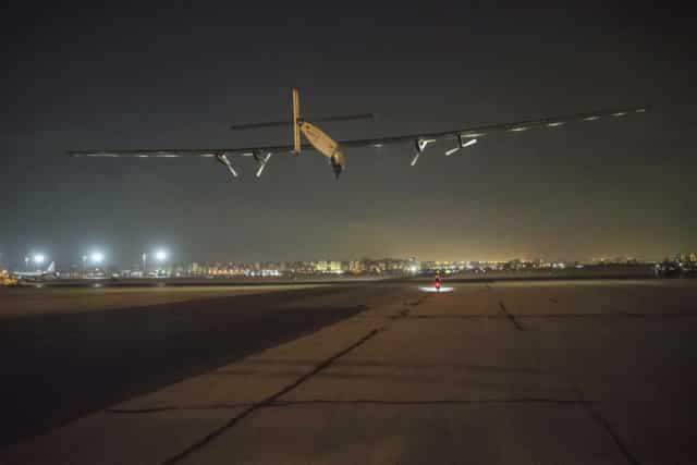 Solar Impulse 2 atterrit à Abou Dhabi, son point d'arrivée, qui fut également son point de départ. AFP