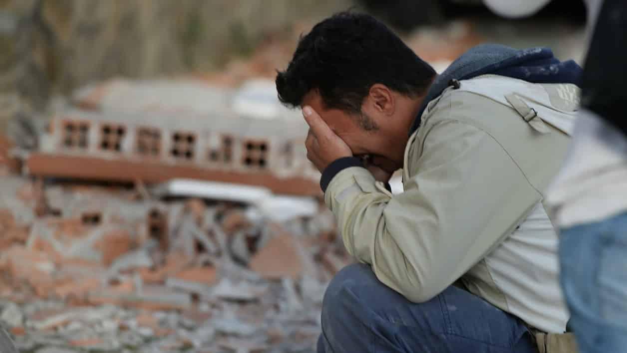 Un homme parmi les décombres à Amatrice, une ville très durement touchée par le séisme qui a frappé le centre de l'Italie dans la nuit du 23 au 24 août. Photo AFP