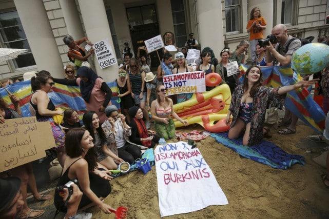Des manifestants campaient jeudi devant l'ambassade de France à Londres pour protester contre l'interdiction du burkini sur les plages de l'Hexagone. Photo Reuters