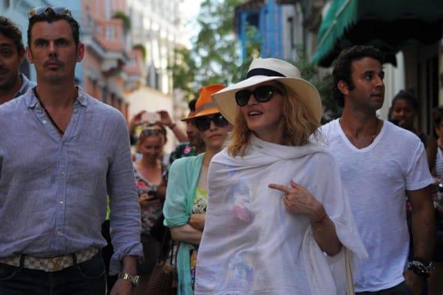 Madonna se promenant dans les rues de La Havane. Photo AFP