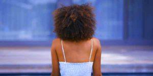 femme-noire-de-dos
