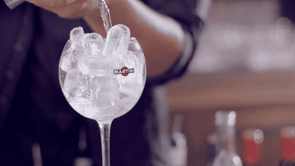 ce gla on rep re les verres vides dans les bars. Black Bedroom Furniture Sets. Home Design Ideas