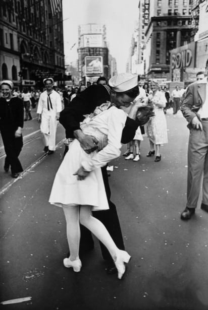 la-femme-embrassee-par-un-marin-en-1945