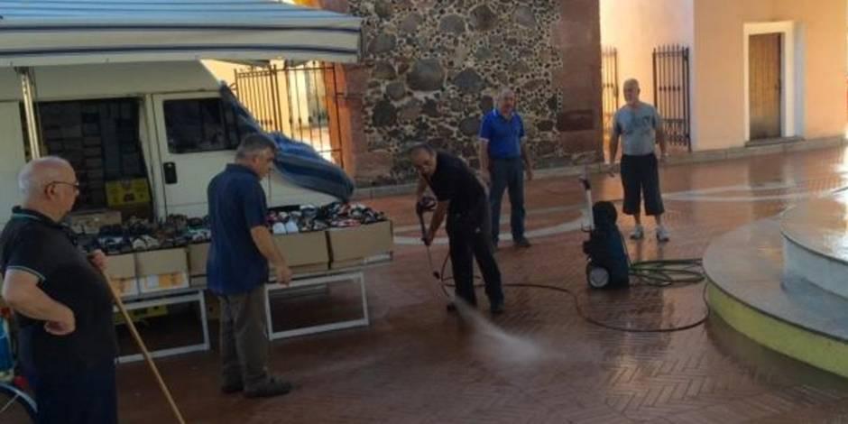 Pinuccio Chelois en plein nettoyage aidé par d'autres habitants de la ville