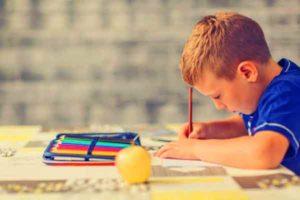 enfant-fait-ses-devoirs