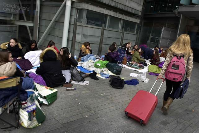 Des centaines de fans de Justin Bieber campent devant la salle où le chanteur doit se produire le 23 novembre à Madrid.